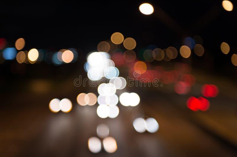 Luces de la ciudad de la noche Iluminación e iluminación Lámparas borrosas blancas y rojas Transporte de observación que se mueve fotos de archivo libres de regalías