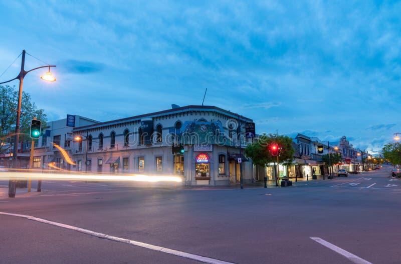 Luces de la ciudad de la noche, linternas del coche de los edificios fotos de archivo libres de regalías