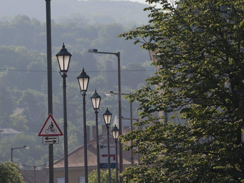 Luces de la ciudad que se encienden en salida del sol fotografía de archivo libre de regalías