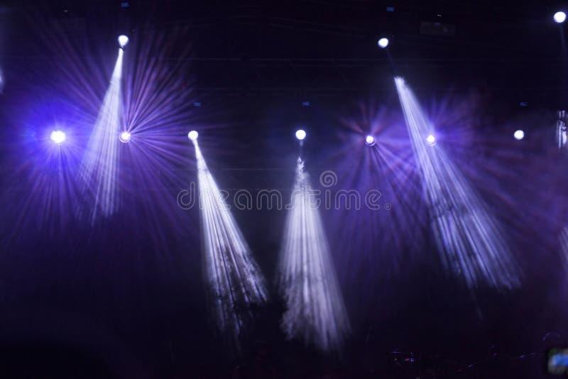 Luces de la etapa del punto en el concierto imagen de archivo