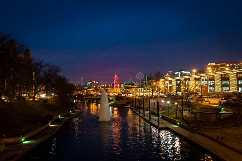 Luces de la Navidad azules de la hora en la plaza del club de campo en Kansas City fotos de archivo libres de regalías