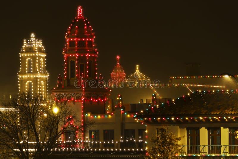Luces de la Navidad en la plaza en una noche lluviosa imágenes de archivo libres de regalías