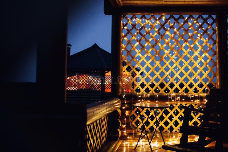 Luces de la Navidad en textura del fondo de la casa en ciudad imagenes de archivo