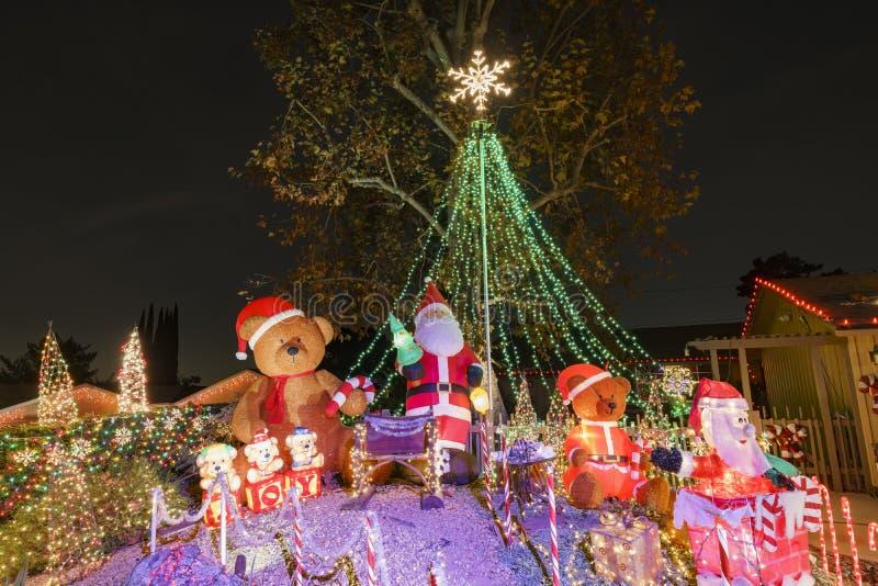 Luces de la Navidad hermosas en vecindad superior del rancho de Hastings fotos de archivo