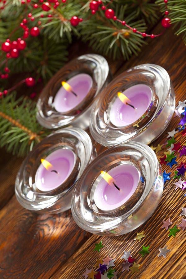 Luces de la Navidad - velas y rama del árbol spruce imagenes de archivo