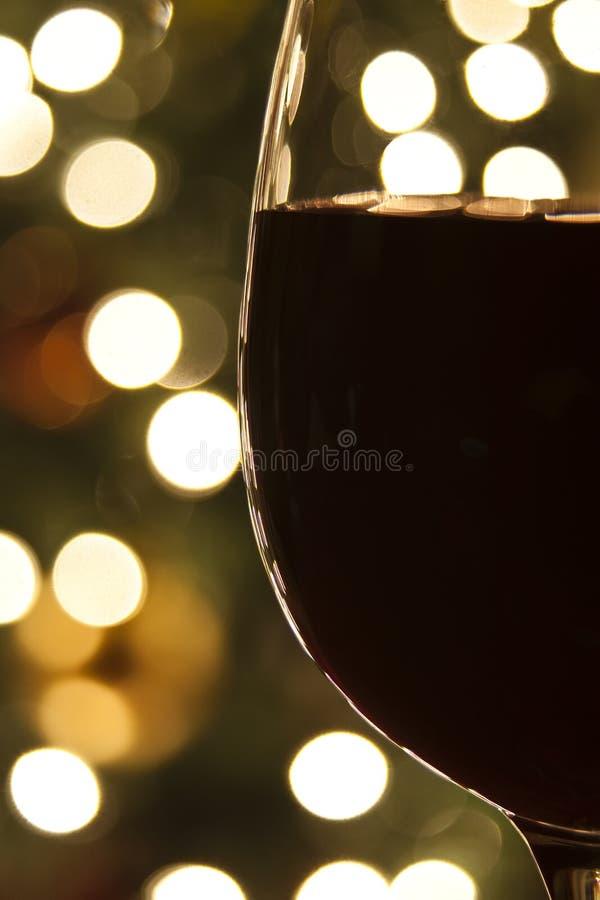 Luces de la Navidad y vino rojo imagen de archivo