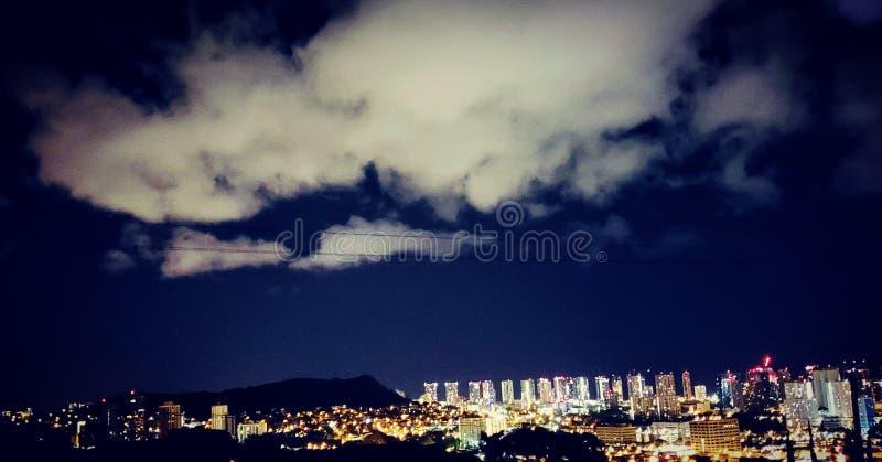 Luces de la noche de la ciudad de Honolulu imagenes de archivo