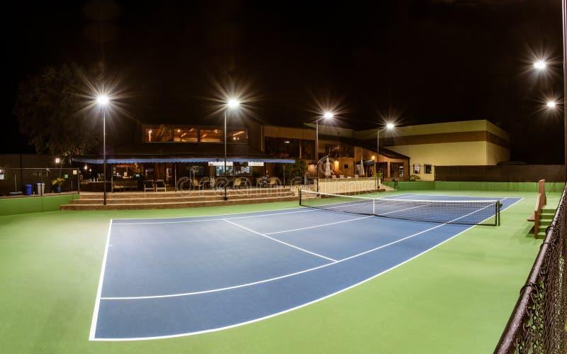 Luces de la noche del club de tenis privado imagen de archivo