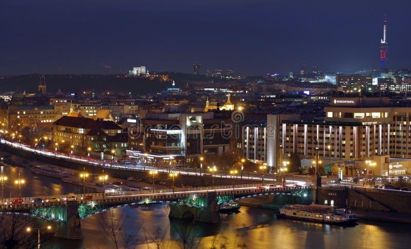 Luces de la noche en Praga Atracci?n de la se?al: R?o de Moldava, Svatopluk Cech Bridge - Cechuv m?s - Rep?blica Checa fotografía de archivo libre de regalías