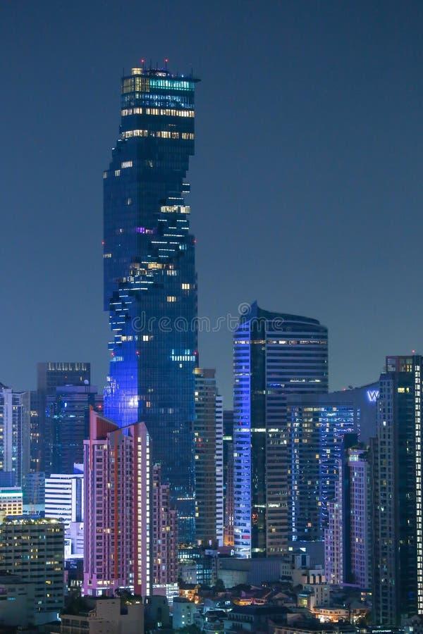 Luces de la noche de los edificios altos en el coraz?n de Bangkok fotos de archivo