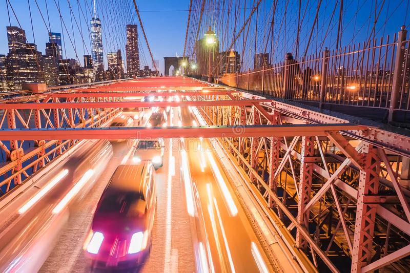 Luces de la noche de los faros del coche en el puente de Brooklyn Exposición larga fotos de archivo libres de regalías