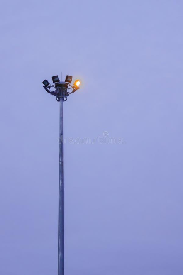 Luces de la seguridad encima de un palo de acero alto imagen de archivo libre de regalías