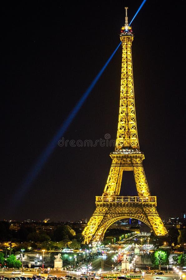 Luces de la torre Eiffel en la noche imágenes de archivo libres de regalías