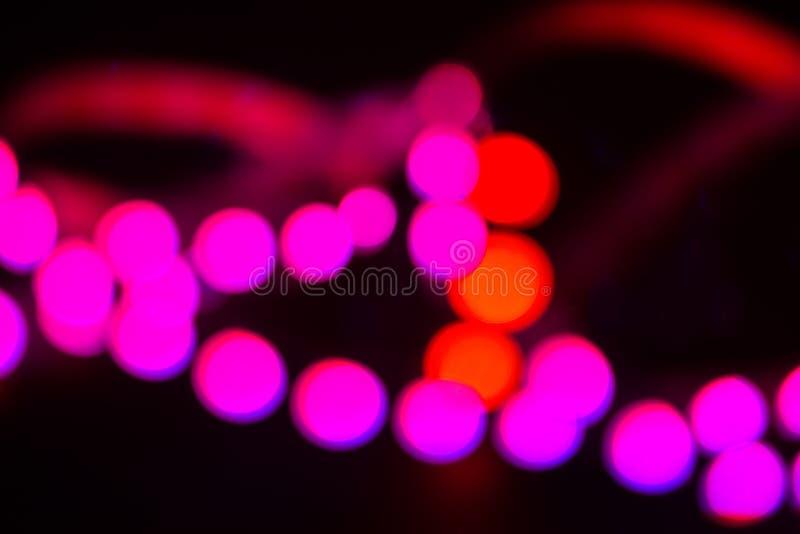 Luces de neón rojas y púrpuras de Duotone en negro Fondo enmascarado extracto foto de archivo libre de regalías