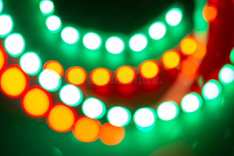 Luces de neón verdes amarillas rojas del bokeh Fondo festivo de colores retros foto de archivo