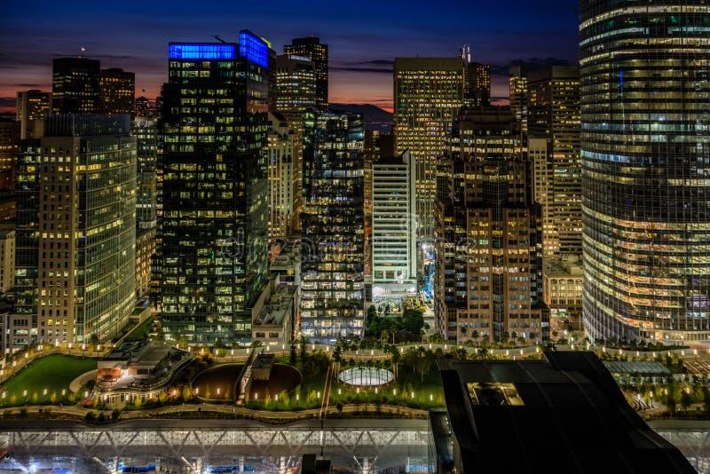 Luces de oro del horizonte de San Francisco y del parque del centro del tránsito de Salesforce imagen de archivo libre de regalías