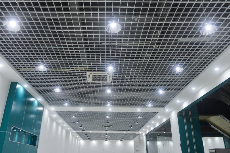 Luces de techo llevadas en techo comercial moderno del edificio imágenes de archivo libres de regalías