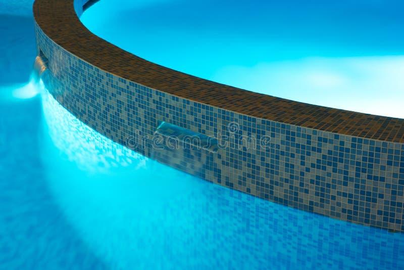 Luces de una piscina imagenes de archivo