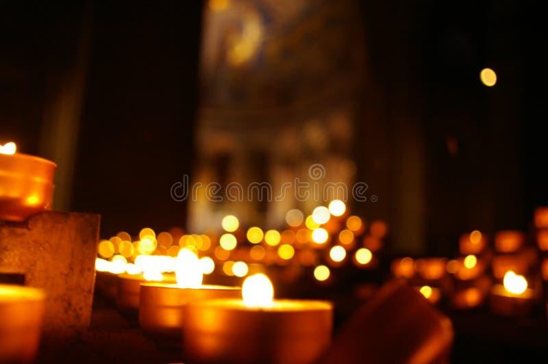 Luces de una vela en la obscuridad imagen de archivo