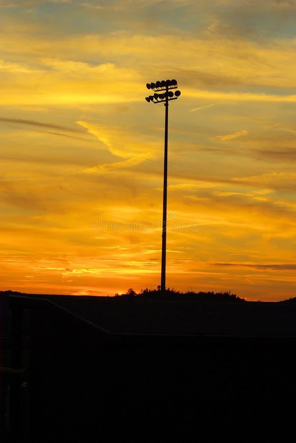 Luces del béisbol en la puesta del sol fotos de archivo