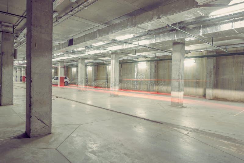 Luces del coche en el estacionamiento subterráneo de la ciudad foto de archivo