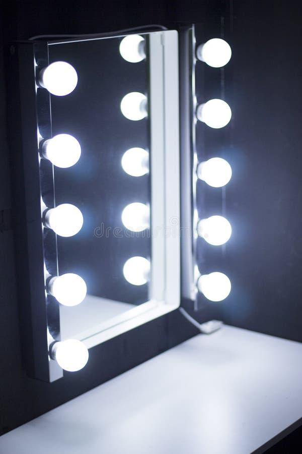 Luces del espejo de la tabla del maquillaje del estudio imágenes de archivo libres de regalías