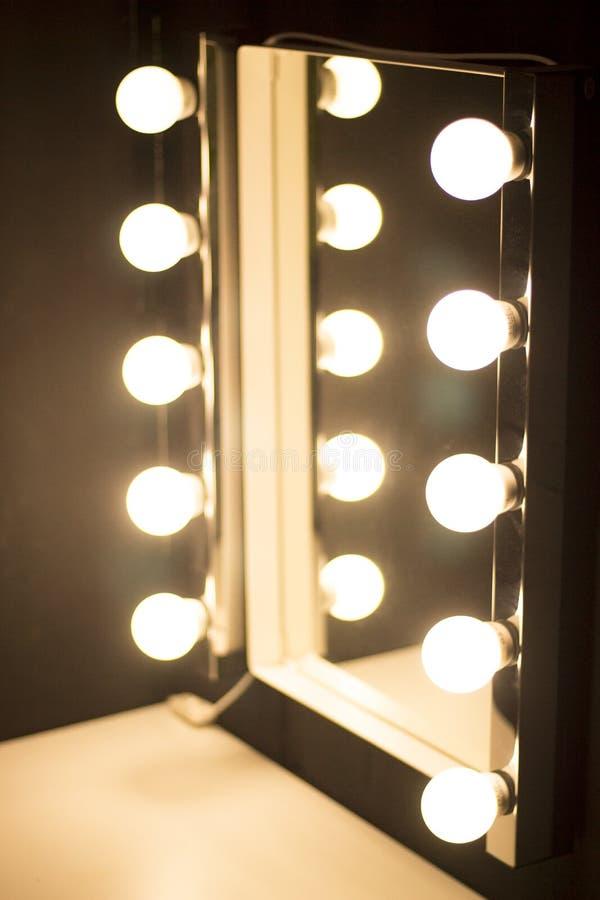 luces del espejo de la tabla del maquillaje del estudio