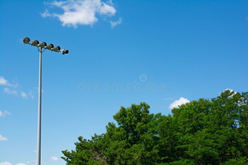 Luces del estadio del campo de fútbol en un día soleado fotografía de archivo libre de regalías