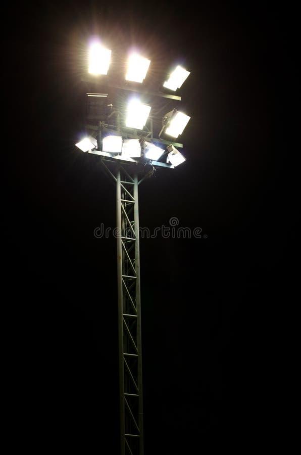 Luces del estadio en un campo de deportes imagen de archivo