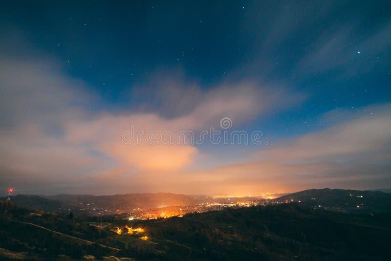 Luces del pueblo en la noche fotografía de archivo libre de regalías