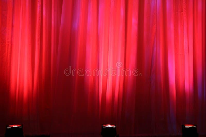 Luces del punto en la cortina roja fotografía de archivo libre de regalías