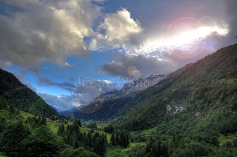 Luces dramáticas en paisaje de la montaña fotografía de archivo libre de regalías