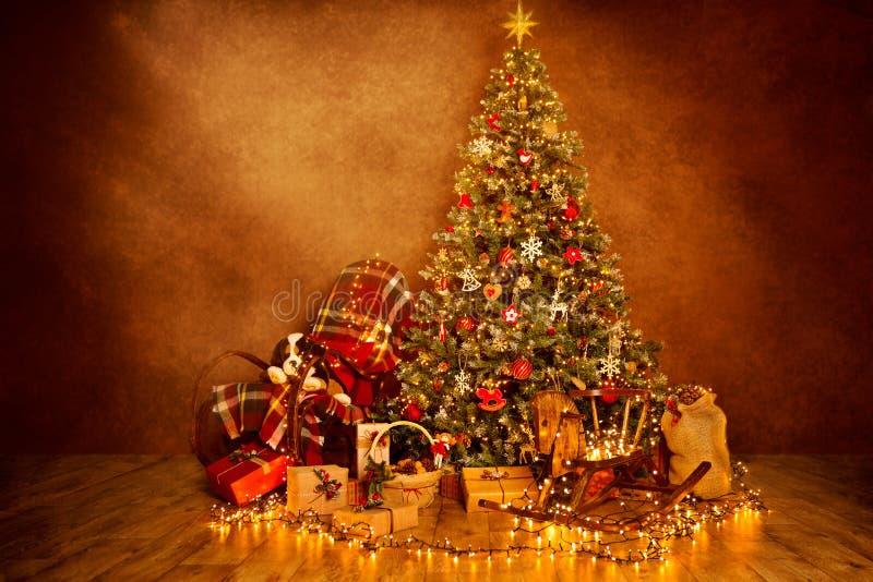 Luces en el sitio adornado de Navidad interior, regalos del árbol de navidad imagen de archivo libre de regalías