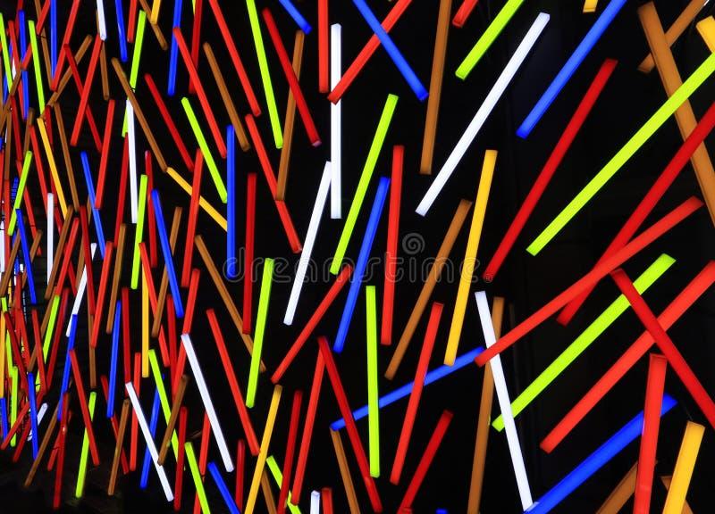 Luces fluorescentes de la pared del tubo de ne?n del color como fondo colorido del modelo de la raya foto de archivo libre de regalías