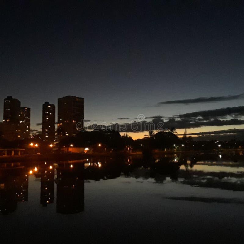Luces Hawaii de las reflexiones de la puesta del sol de Waikiki imagenes de archivo