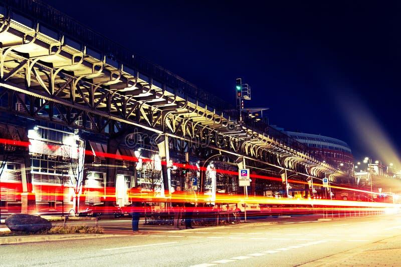 Luces hermosas de la ciudad de la noche Extracto Concepto urbano Hamburgo, G imagen de archivo libre de regalías