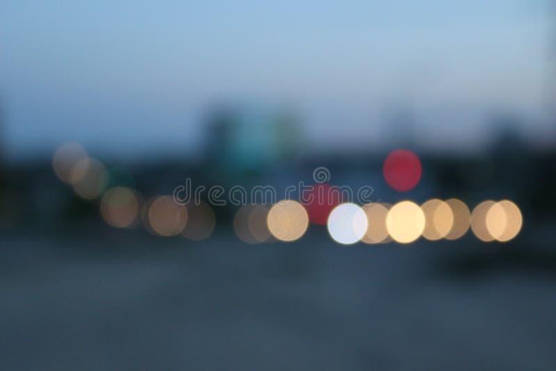 Luces hermosas de la ciudad de la tarde en el camino imagen de archivo libre de regalías