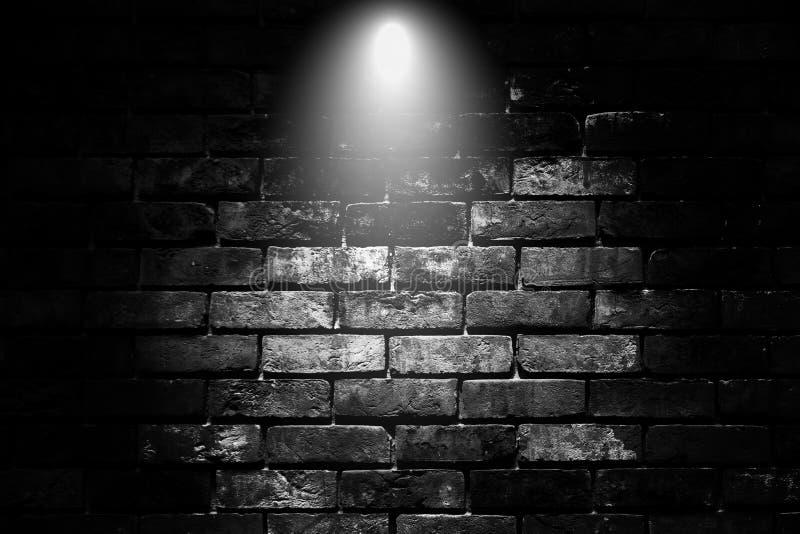 Luces nítidas con paredes de ladrillo negro en segundo plano fotografía de archivo