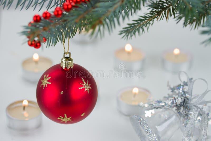 Luces rojas de la bola y de la Navidad foto de archivo libre de regalías
