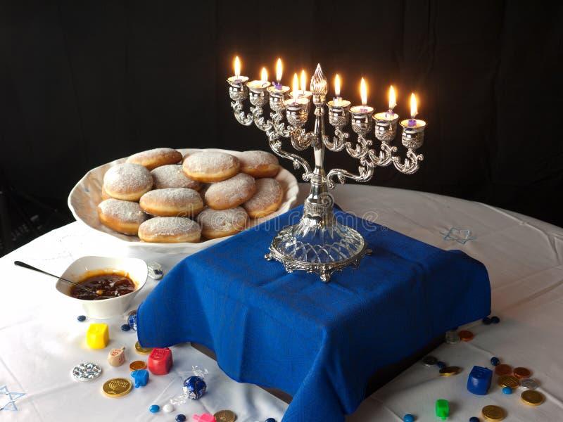 Luces y anillos de espuma de Hanukkah foto de archivo libre de regalías