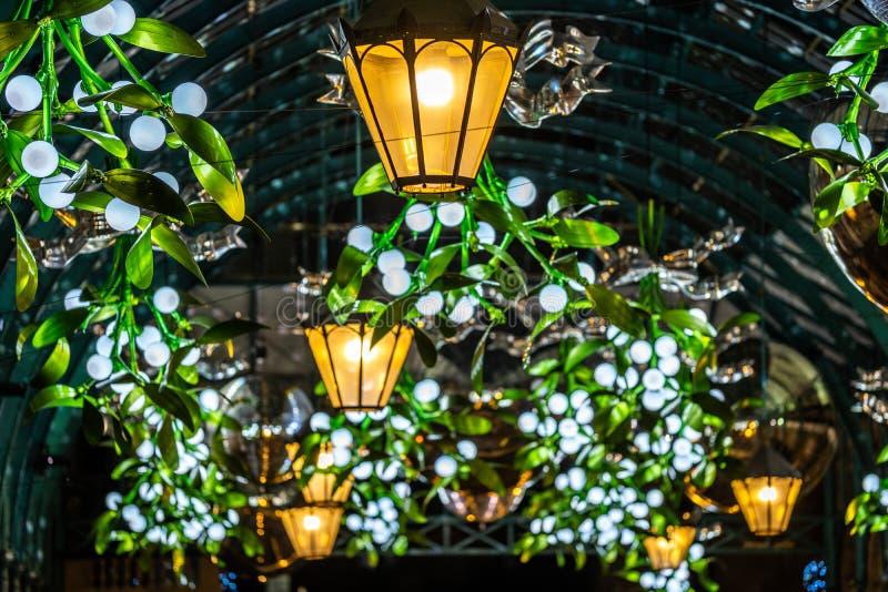 Luces y decoraciones de la Navidad en el mercado de Covent Garden fotos de archivo libres de regalías