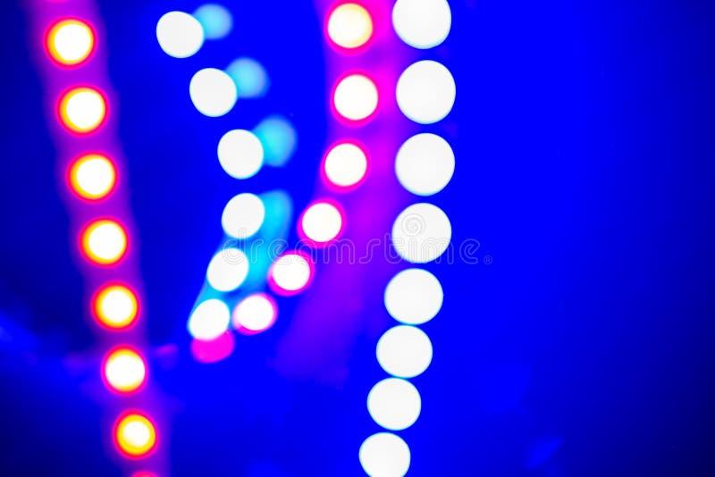 Luces y reflexiones de neón azules púrpuras del bokeh Fondo abstracto festivo de los colores 80s imagen de archivo libre de regalías