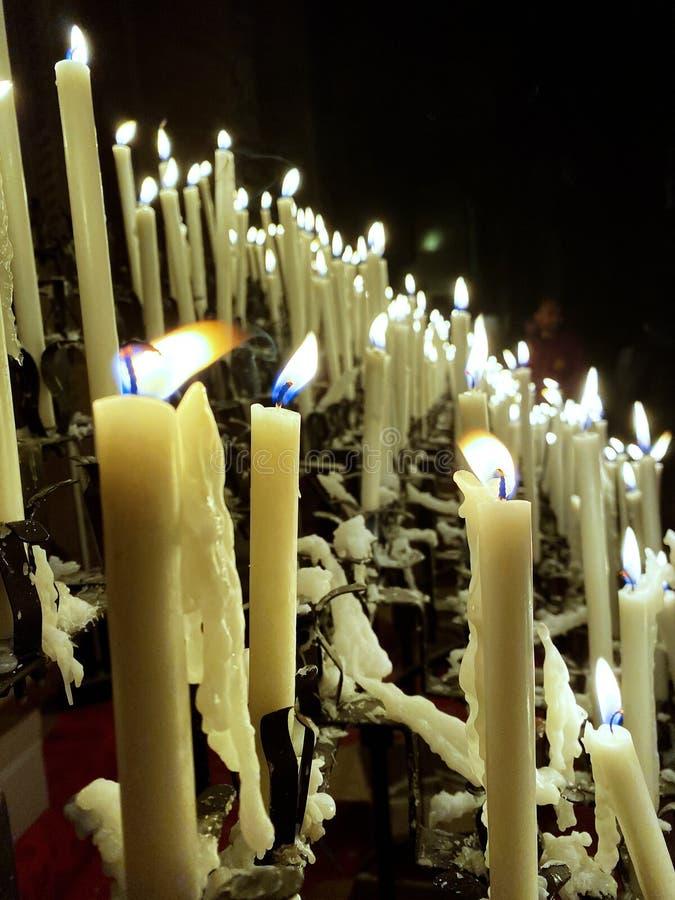 Luces y velas en la iglesia católica de Módena foto de archivo libre de regalías