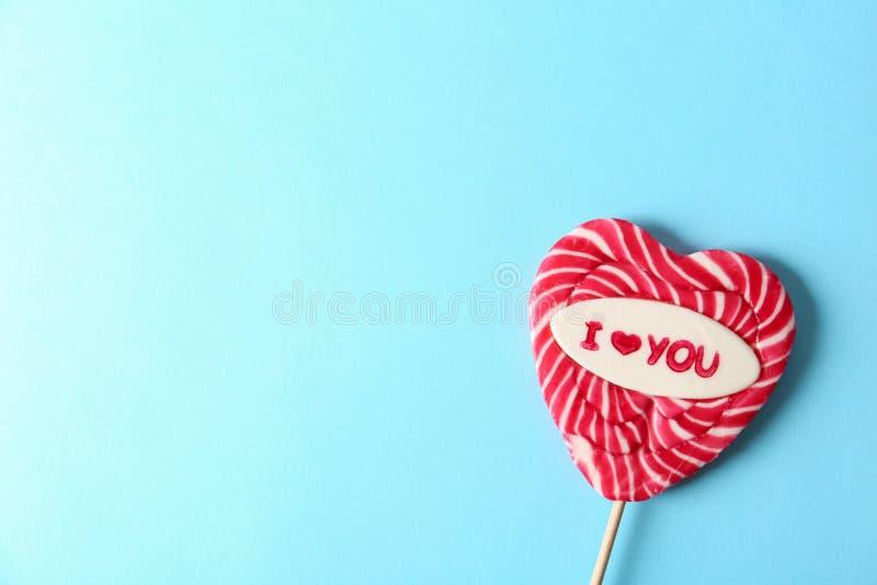 Lucette en forme de coeur avec l'expression je t'aime et espace pour le texte sur le fond de couleur, vue supérieure photographie stock