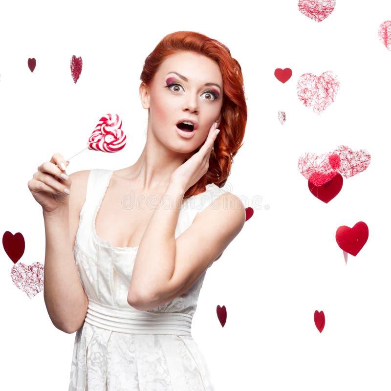Lucette red-haired étonnée de fixation de femme images stock