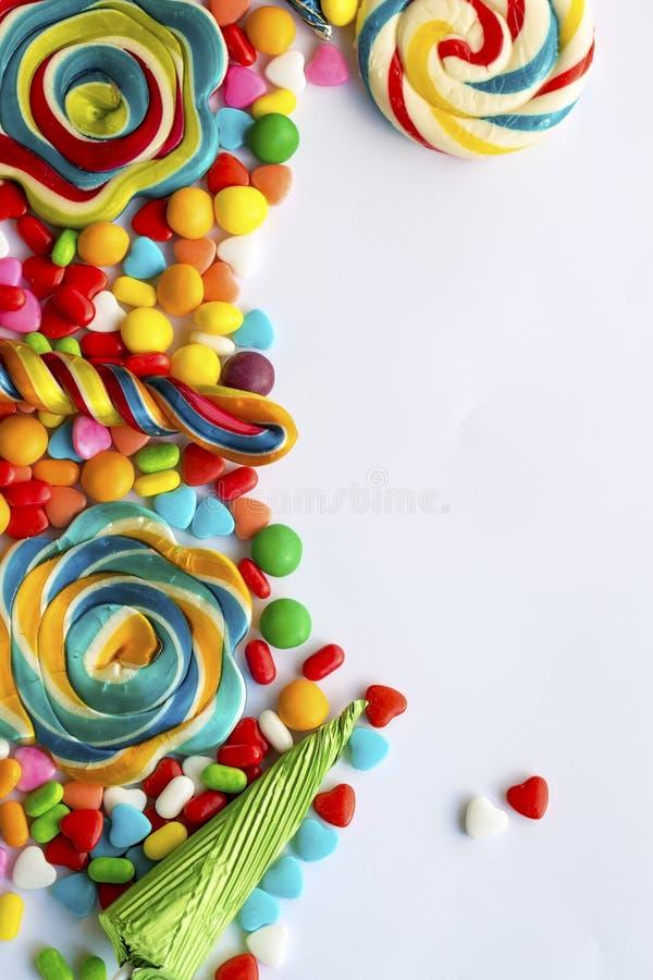 Lucettes colorées et différent colorés autour de la sucrerie photos libres de droits