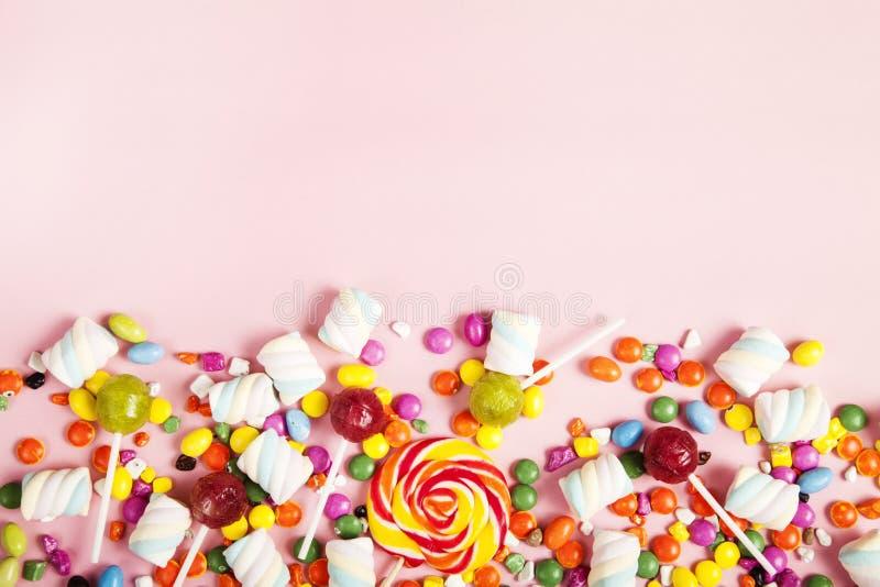 Lucettes colorées et différent colorés autour de la sucrerie Vue supérieure photo stock