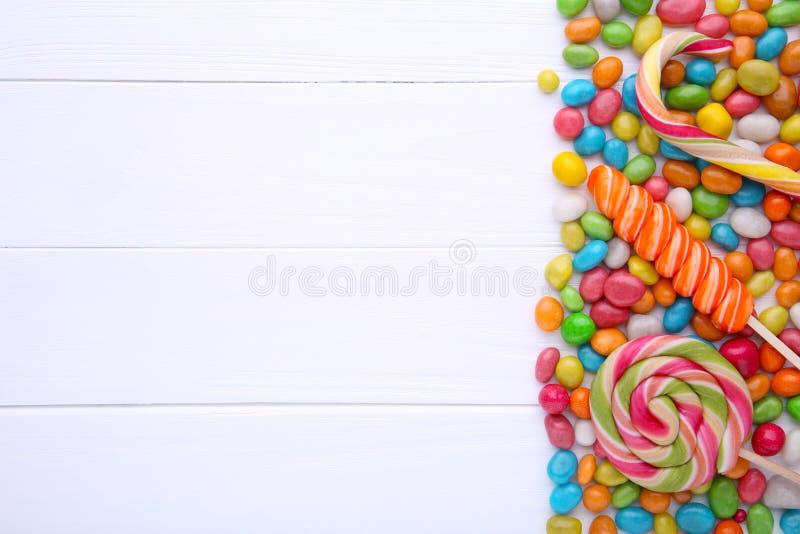 Lucettes colorées et sucrerie ronde colorée différente sur le fond blanc image stock