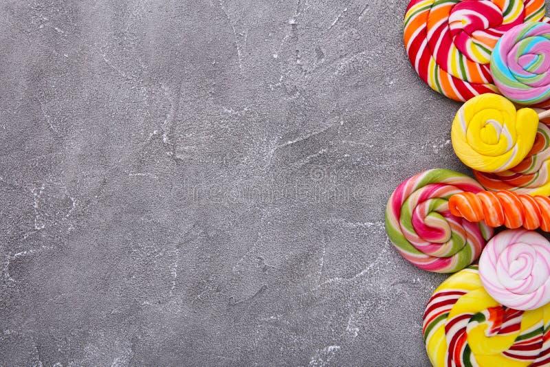 Lucettes colorées et sucrerie ronde colorée différente sur le fond concret photos libres de droits