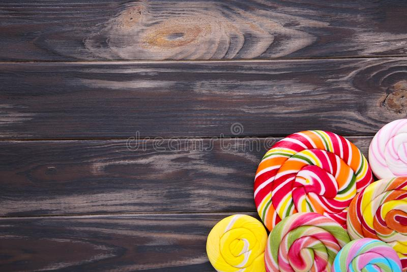 Lucettes colorées sur un fond en bois brun image libre de droits